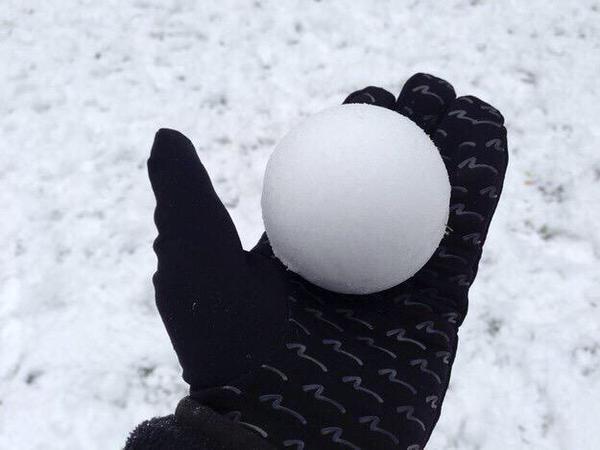 Até essa bola de neve é mais perfeita que você - meme